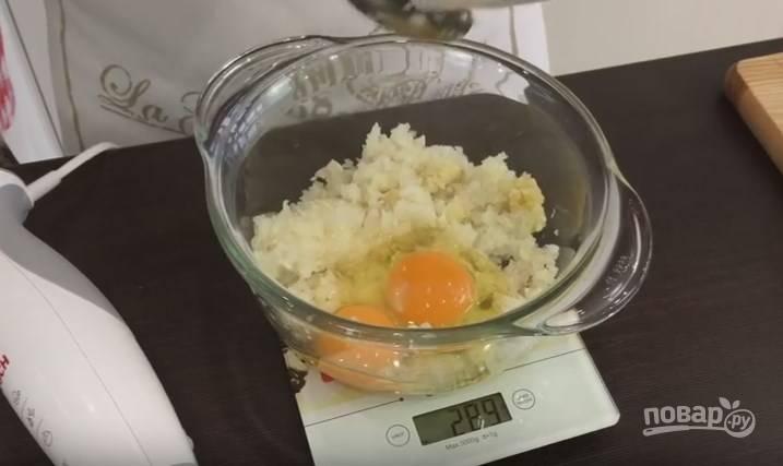 1. Лук и чеснок мелко порубите ножом или измельчите в блендере. Добавьте в него 2 яйца.