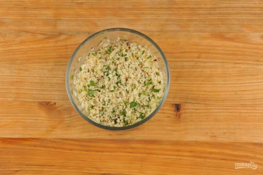 2. Затем растопите масло и перемешайте его с сухарями, чесноком, петрушкой и красным перцем.