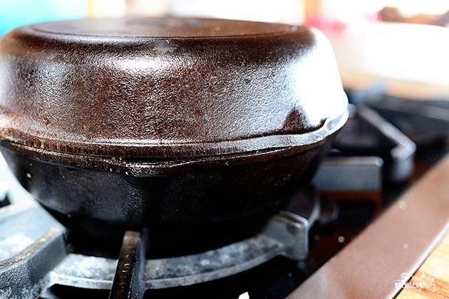Накрываем крышкой (или, как я, другой сковородой) и готовим еще 1 минуту, пока не расплавится сыр.