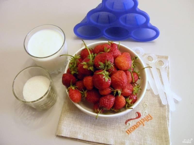 1. Приготовьте для мороженого йогурт натуральный без добавок, клубнику и сахар. Сахар можно заменить на мед в том же количестве.