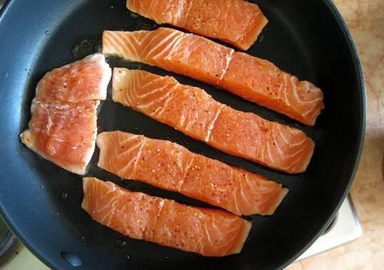 2. Отправляем рыбу жариться на сковороду. Огонь не делайте слишком большой, поскольку эта рыба весьма нежная.