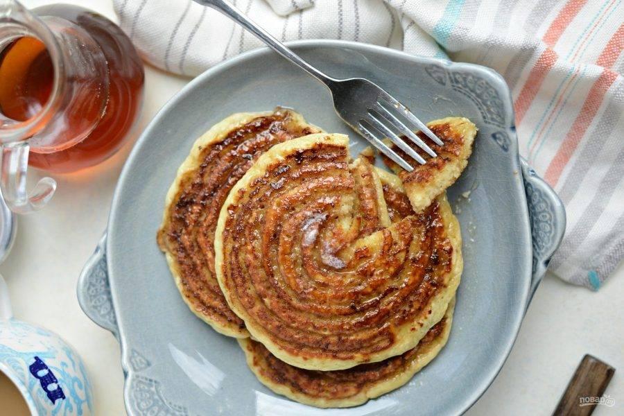Подавайте панкейки тёплыми с сиропом или джемом. Приятного завтрака!