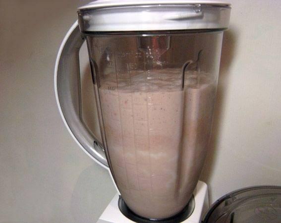 5. Взбить немного и постепенно (в 2-3 приема) влить молоко. Взбивать коктейль на медленной скорости, чтобы он напитался кислородом и был воздушным. Перед подачей его можно присыпать тертым шоколадом или украсить ягодой.