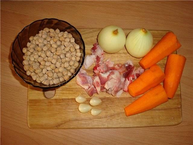 Для начала нам необходимо срезать жир с баранины и почистить овощи.