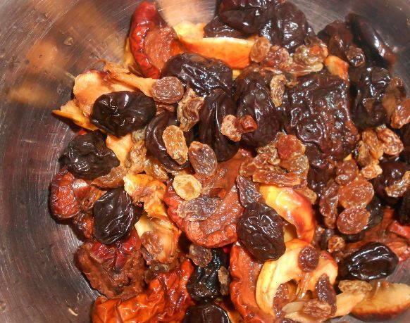 Сухофрукты положите в дуршлаг и промойте большим количеством холодной проточной воды. Для этого рецепта можно выбрать любые сухофрукты на ваш вкус. Это могут быть яблоки, груши, сливы, изюм, курага, чернослив. Чем их состав будет разнообразнее, тем вкуснее получится компот.