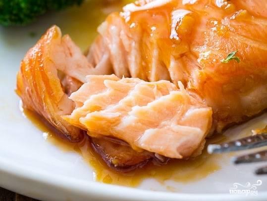 6. Подавая блюдо к столу, полейте семгу и гарнир глазурью из маринада. Приятного аппетита!