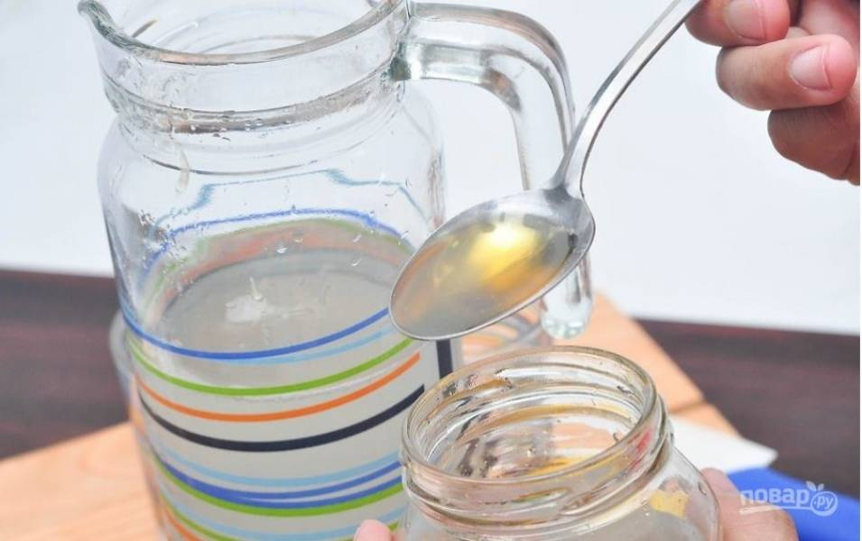 Добавляем лимонный сок в стакан, туда же добавляем холодную воду.