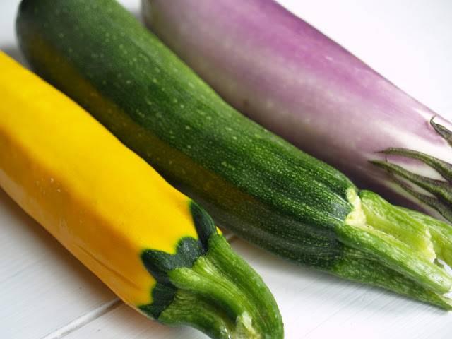 1. Баклажан, цуккини и патиссон промойте. Нарежьте тонкими кружочками. Кожицу оставьте. Желательно использовать свежие молодые овощи.