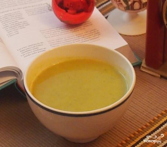 5. С помощью погружного блендера перебейте все отваренные ингредиенты супа до кремообразного состояния. Бульон изначально можно отлить, а потом добавлять по мере необходимости. При порционной подаче добавьте сливочное масло, либо сливки. Теперь, когда вы знаете, как приготовить картофельный суп с пореем, используйте этот рецепт для домашнего меню. Легкий суп обязательно приглянется вашим домочадцам. Приятного аппетита!