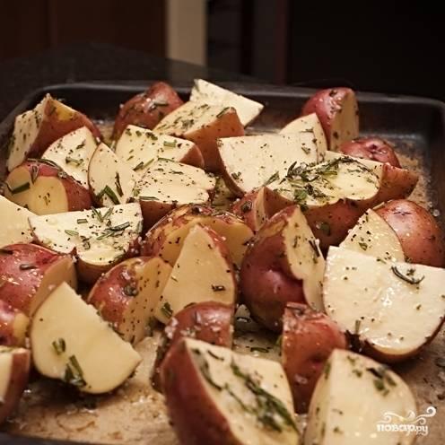 4. В смазанный оливковым маслом противоригарный противень (или на бумагу) выложите картошку. Все, что осталось после нее в миске, выложите сверху.