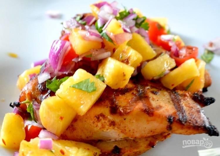 5.Готовое мясо выложите на тарелку, поверх уложите сальсу и подавайте блюдо сразу.