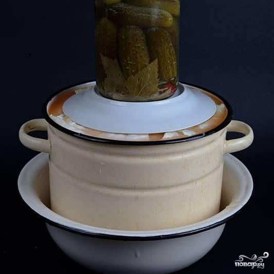 Сверху также укутываем квашеную капусту большими листами капусты. Затем на листы капусты ставим тарелку, а на тарелку - какой-нибудь груз.