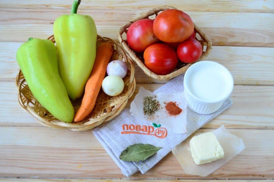 Подготовьте все необходимые ингредиенты. Морковь и лук очистите, сладкий перец очистите от семян. Все овощи промойте.