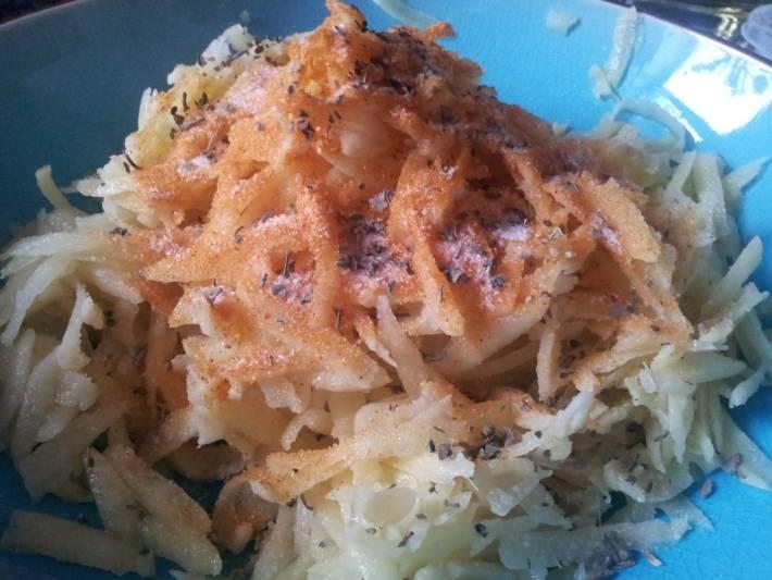 Теперь добавляем к тертому картофелю и луку соль и специи, хорошенько перемешиваем и оставляем на пару минут.