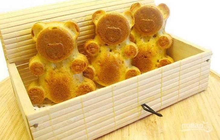 6.Достаньте формочки, немного остудите и аккуратно переложите мишек. Приятного аппетита!