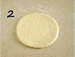 Разделите тесто на 16 шариков и каждый шарик раскатайте в лепешку.