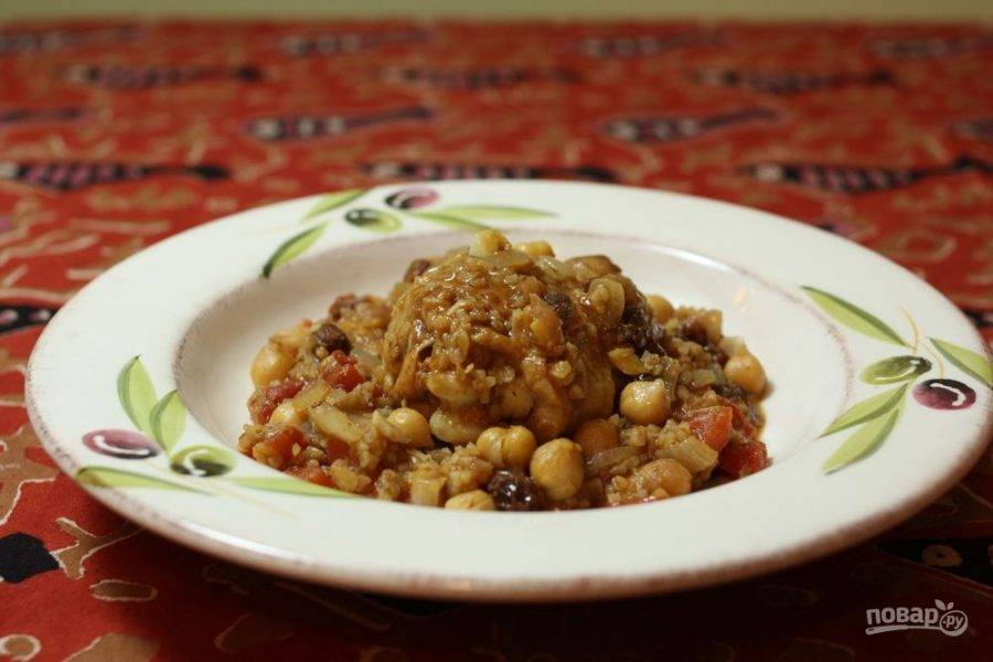 4.Переложите отварной булгур, курицу и консервированный нут в сковороду и перемешайте, подавайте блюдо сразу после приготовления.
