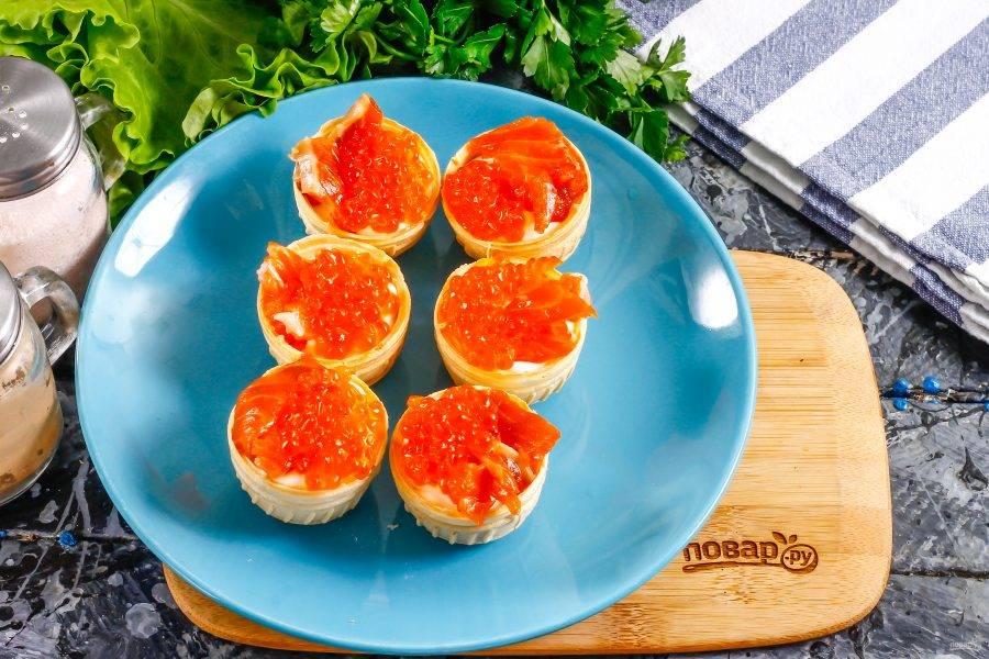 На вторую половину выложите красную икру. Обязательно пробуйте деликатес на вкус, чтобы знать, нужно ли еще посолить блюдо или нет.