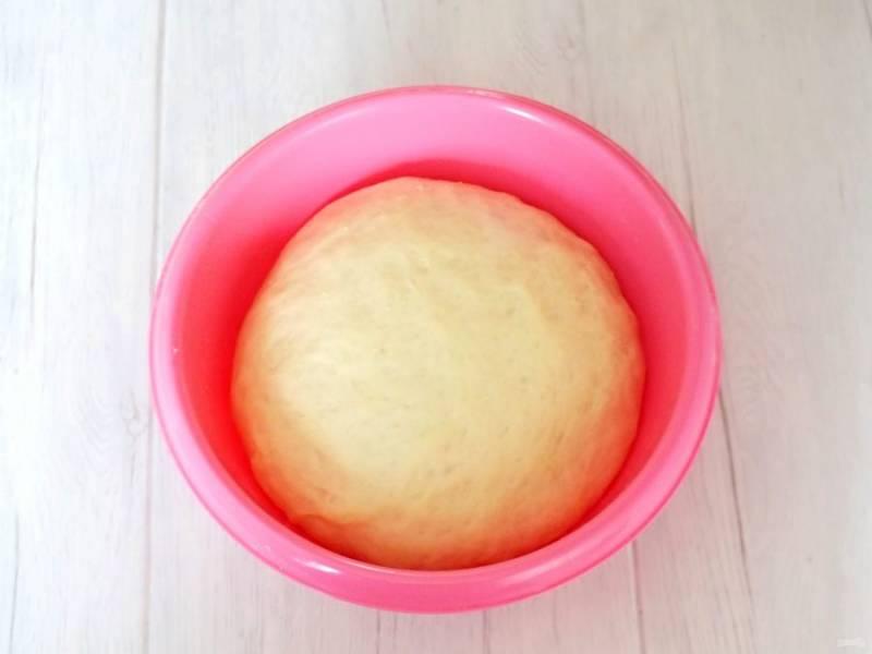 По истечении времени, тесто заметно увеличится и готово к разделке.