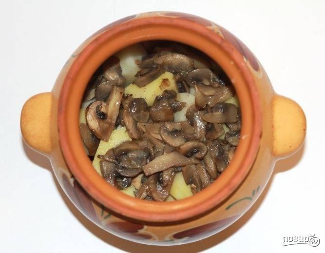 Далее нужно очистить и измельчить лук, нарезать грибы. Эти ингредиенты слегка обжарьте на растительном масле, а затем положите в горшочки.