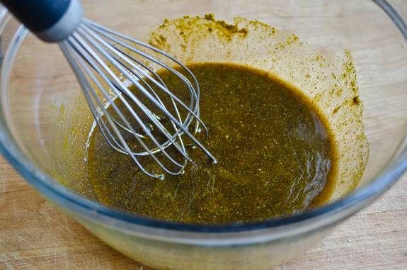 3. Соус получается довольно густой, однородной консистенции. Если по вкусу он покажется слишком концентрированным можно добавить немного воды. Также для дополнительной кислинки можно выжать сок половинки лимона, что также сделает соус более жидким.