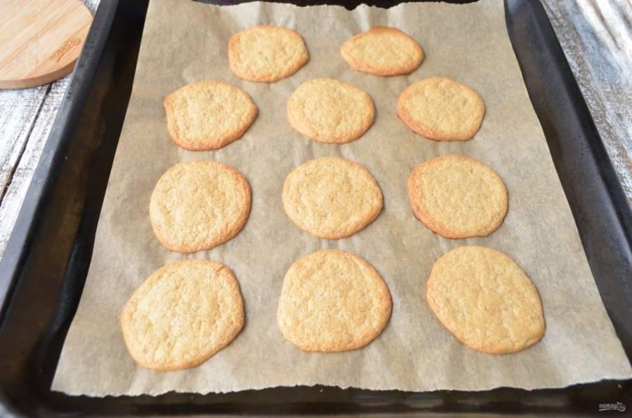 Выпекайте печенье при 180 градусах минут 15. Остудите, потом снимите с бумаги, оно легко отходит и не прилипает. Угощайтесь!