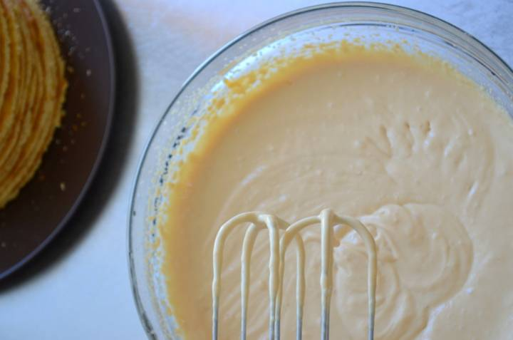 Пришло время заняться кремом. Для его приготовления смешайте варёную сгущёнку и сметану. Перемешивать крем до однородной массы лучше блендером. Затем крем надо поставить в холодильник на 20 минут, чтобы он загустел.