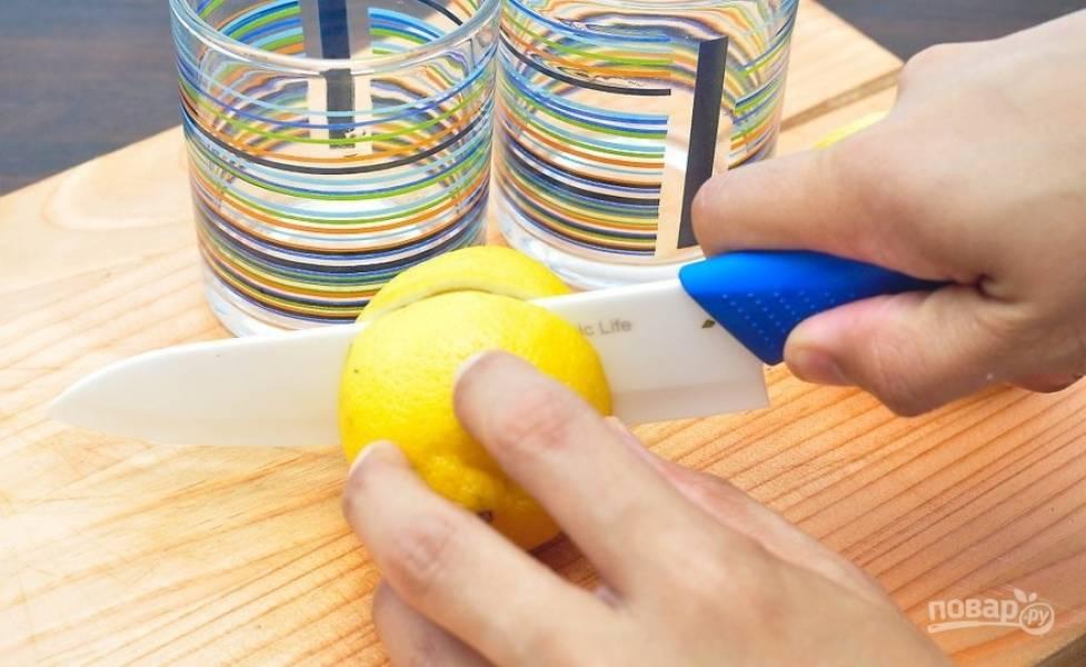 Лимон промываем, режем напополам, выдавливаем лимонный сок, удаляя семена. Нам понадобится примерно 20-30 мл лимонного сока.