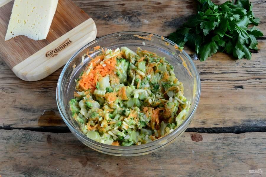 Яйца слегка взбейте венчиком, добавьте брокколи, морковь и сыр. Посолите, всыпьте паприку и выдавите чеснок. Все хорошенько перемешайте.