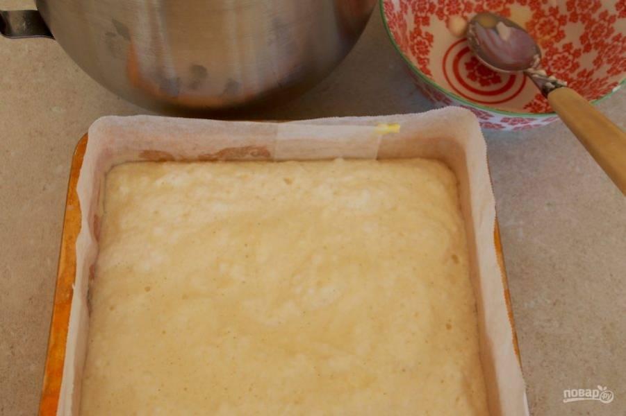 3.Форму для выпечки застелите пергаментом, вылейте в нее подготовленный крем и отправьте в разогретый до 150 градусов духовой шкаф на 45-60 минут.