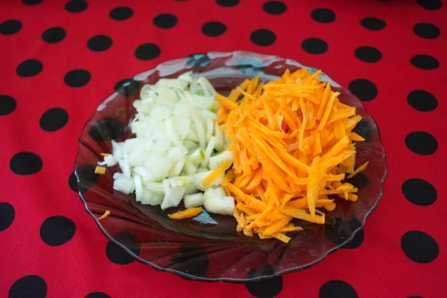 3. Морковь натрите на крупной терке.