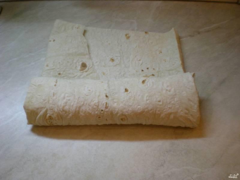 Потом сделайте еще пару заворотов, чтобы продукты не просвечивали. Но не надо делать шаурму слишком толстой. Излишки лаваша обрежьте. Можете смазать тем же соусом лаваш в конце, чтобы скрепить шаурму.