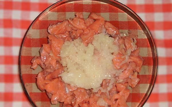 Чистим лук, натираем его на мелкой терке и добавляем к рыбе.