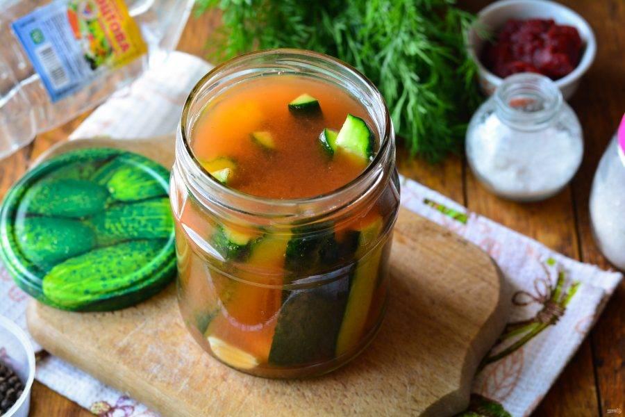 Залейте огурцы томатной заливкой.