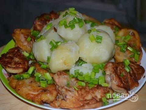 И подаем к столу с любым гарниром. Очень вкусно кушать их с отварной картошкой.