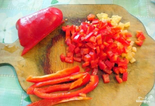 Болгарский перец помойте, удалите все семечки и плодоножки. Нарежьте его мелкими кубиками. Морковь почистите, помойте, натрите на крупной тёрке.