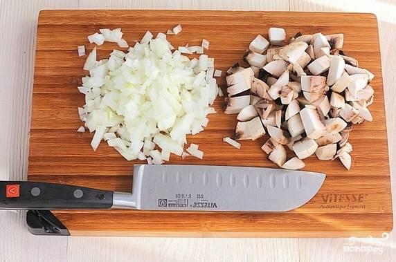 2. Пока готовится картошка, можно заняться начинкой. Очистите и измельчите лук и грибы.