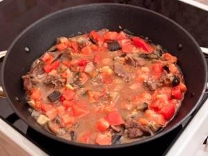 За 5 минут до готовности блюда, кладем измельченный или пропущенный через пресс чеснок.