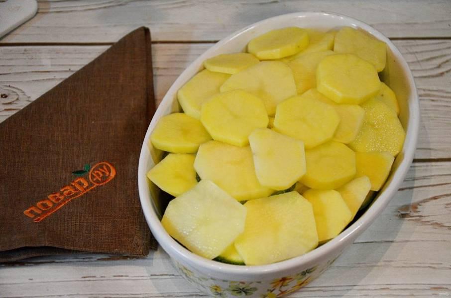 4. Затем слой картофеля. И так, чередуя, пока не закончатся овощи.