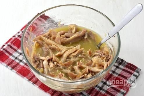 Мясо заливаем желатиновым бульоном и добавляем чеснок. Чеснок можно взять и свежий, выдавленный через пресс.