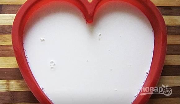 Молочную жидкость влейте в форму в виде сердца. Оставьте её на 40 минут в холодильнике.