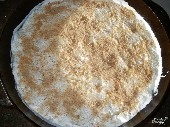 Сверху равномерно накройте второй частью пюре, смажьте сметаной и посыпьте панировочными сухарями.  Отправьте в разогретую до 200 градусов духовку на 30 минут.