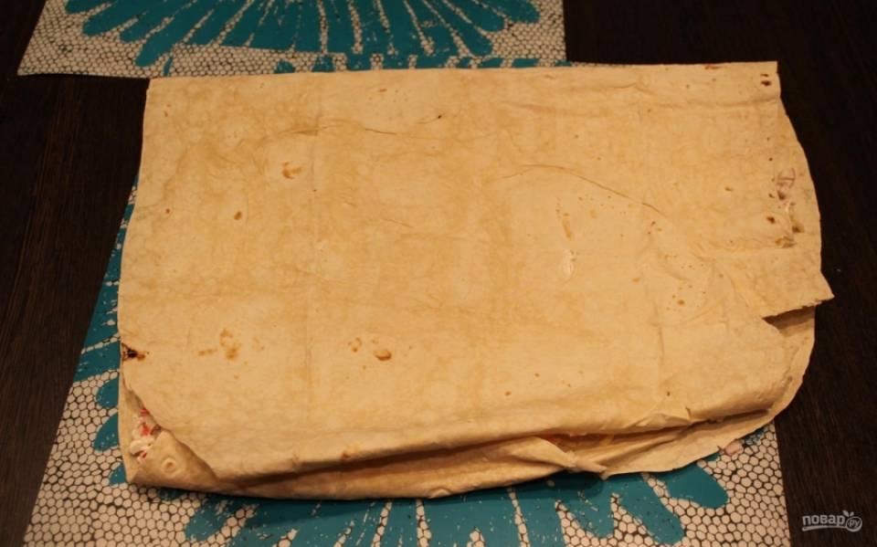 5.Пустой частью лаваша, которую загибал в начале, накрываю начинку.