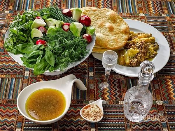 Хаш процедите, достав мясо и лук. Можно добавить кусочки говядины в бульон. Суп посолите по вкусу. Подавайте блюдо со свежими овощами и зеленью. Приятного аппетита!