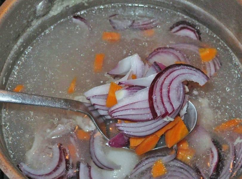 В готовый бульон бросаем лук, морковку, помидоры, варим минут 20.