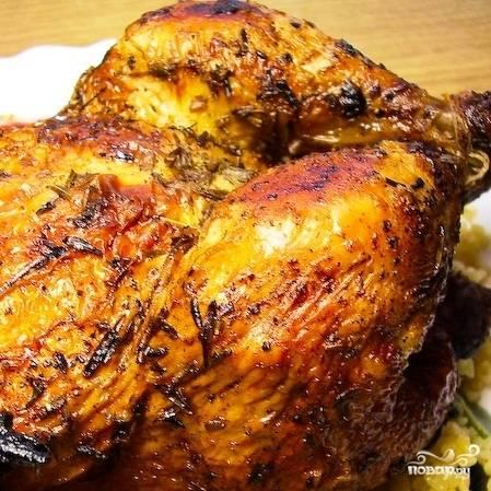 Запекаем 35-40 минут при 180-200 градусах. Два-три раза цыпленка надо будет перевернуть и полить выделяющейся в противне жидкостью.