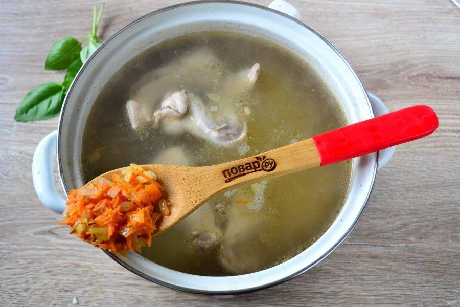 Следом за вермишелью в суп пойдет овощная поджарка. Попробуйте суп на вкус, если нужно, досолите. Можно также добавить любые специи, это по желанию. Варите суп до готовности вермишели.