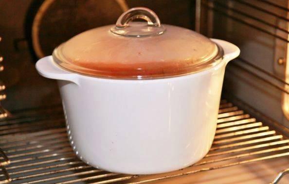 Накройте крышкой и оправьте в разогретую до 180 градусов духовку на 2 часа. После этого охладите и подайте на стол. В холодильнике блюдо храните в банке залив тонким слоем растительного масла.