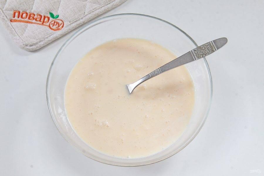 Для кляра соединить яйца, сметану и пропущенный через пресс чеснок. Посолить по вкусу, добавить по желанию черный перец и перемешать.