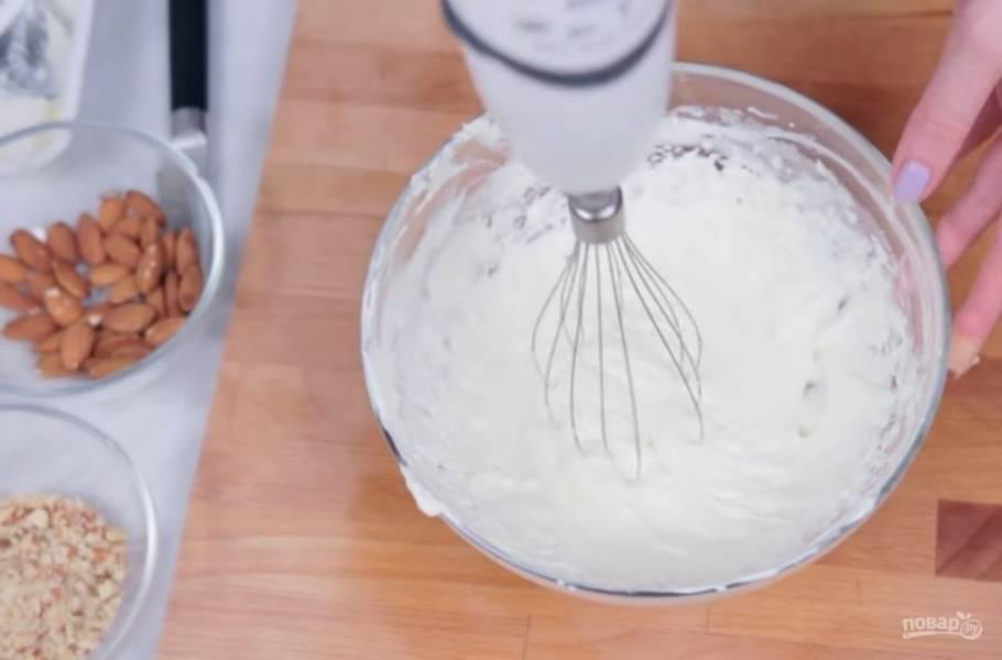 3. Сыр смешайте с сахарной пудрой и взбейте с помощью миксера. Затем добавьте сливки и с помощью лопатки перемешайте массу. По необходимости добавьте еще сахарной пудры.